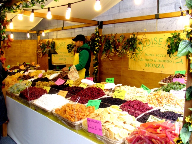 A booth selling dried fruits in the Como fresh market