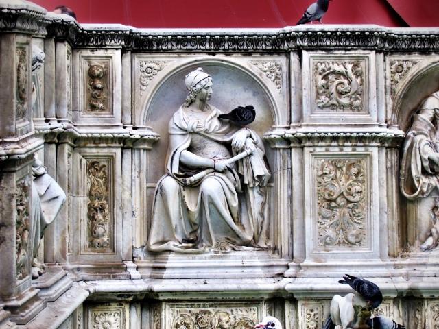 Interaction between birds and sculpture in Siena